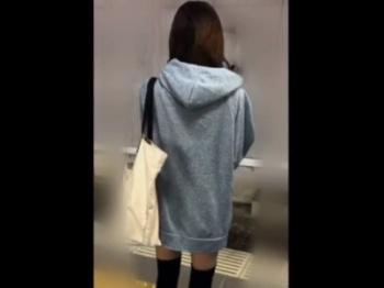 エロい服装で乗車中のミニスカギャルちゃん、電車の中なのにくちゅくちゅ&くぱぁされてしまう
