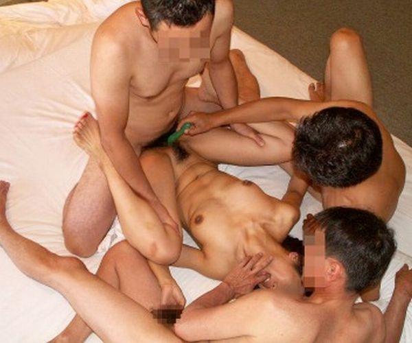 【個人撮影】この中の一人が本当の旦那さん!?5人の男たちの「肉便器」になってる奥さん