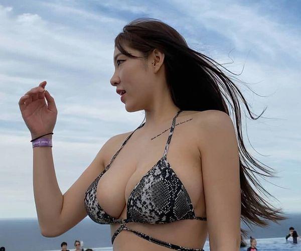 【画像】よくビーチにこういうエロい水着つけてる人妻いるけど、恥ずかしくないんか?wwww