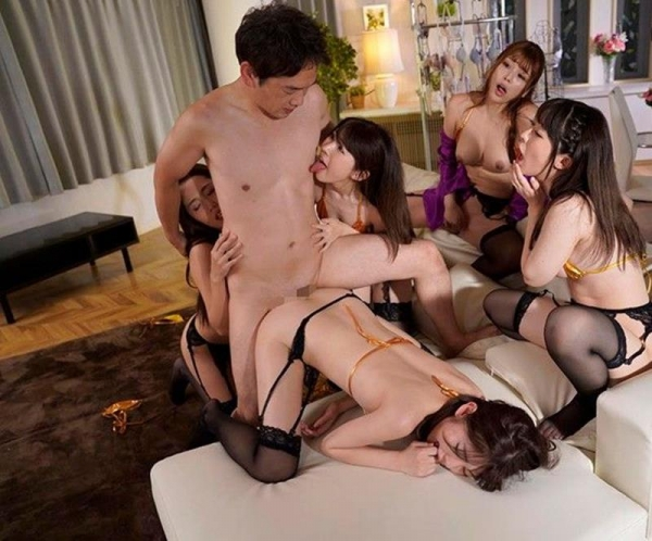 ハーレムプレイ画像 複数の美女をはべらせヤリたい放題 1本のチンポを奪い合う女達34枚の02枚目