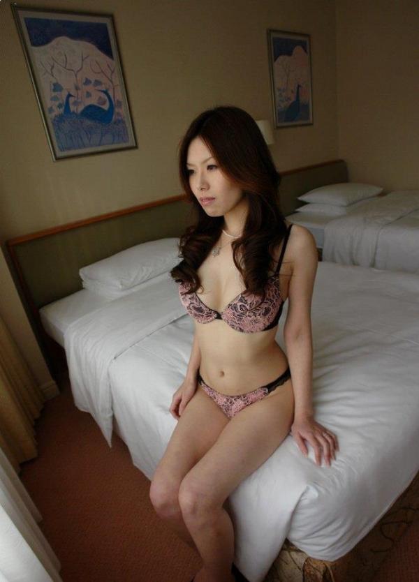 熟女SEX画像 34歳スレンダー巨乳な色白美女80枚の020枚目