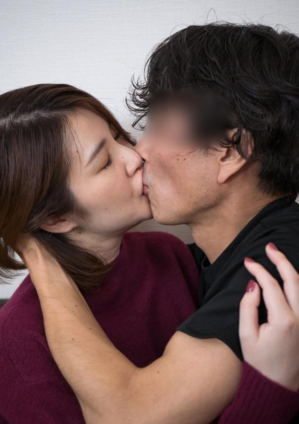 熟女のキス画像 男の唇をむさぼる美人マダム30枚の05枚目