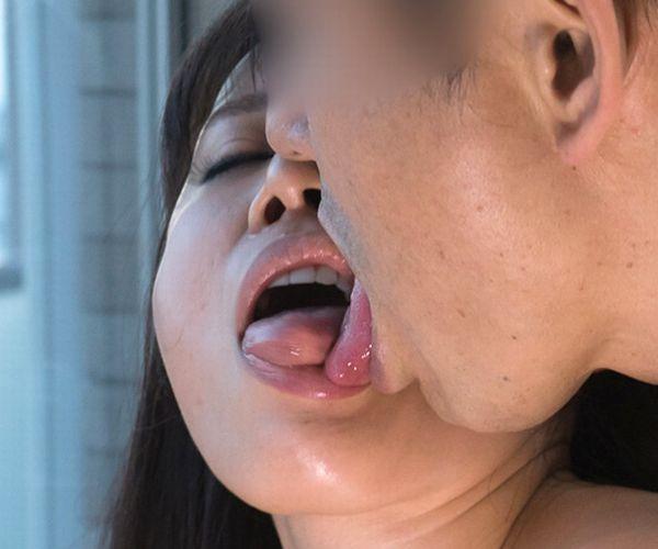 熟女のキス画像 男の唇をむさぼる美人マダム30枚の31枚目