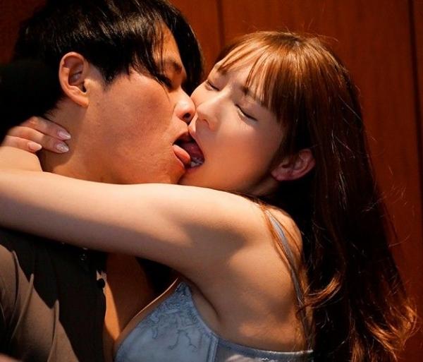 ねっとり舌を絡ませ合ってキスしてるエロ画像26枚の20枚目
