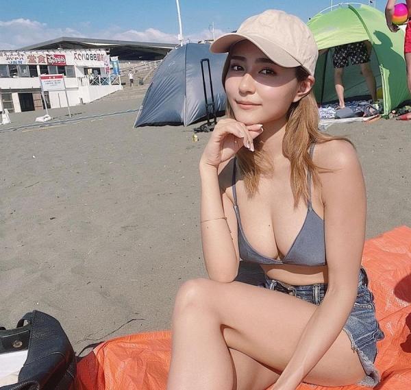 巨乳なイケてる水着美女をプールやビーチで撮った画像36枚の19枚目