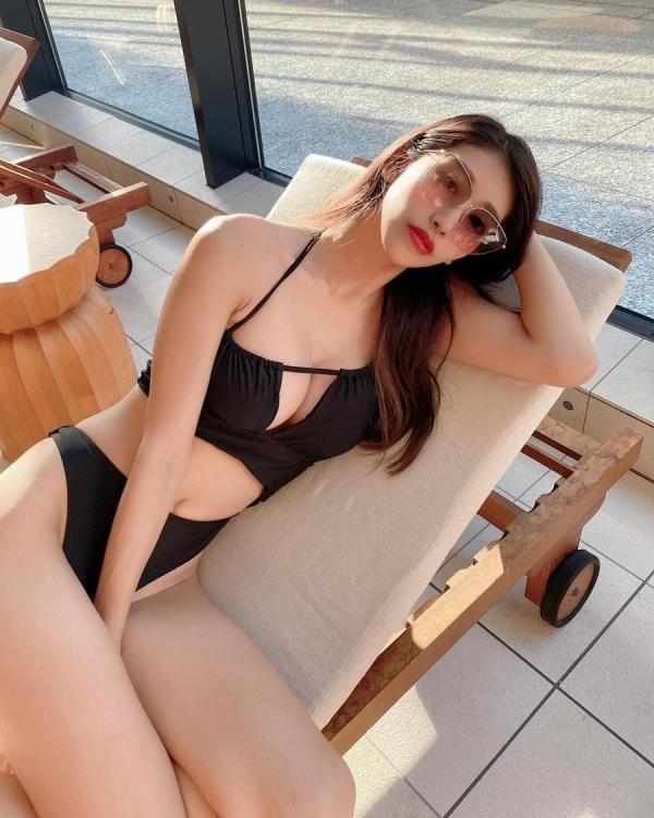 巨乳なイケてる水着美女をプールやビーチで撮った画像36枚の29枚目