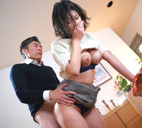 美乃すずめさん、着衣のまま後ろから犯されてしまう。画像32枚の1