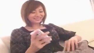 スレンダーな巨乳で美乳のお姉さん、麻美ゆまの騎乗位即ハメ手コキ無料H動画!【フェラ動画】