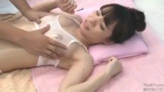 【おっぱい】マジックミラー号にて、スレンダーな巨乳の美女の、素股騎乗位マッサージ無料エロ動画。【エステ動画】