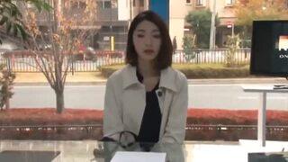 【エロ動画】スレンダーでHなパンスト姿のアナウンサー素人の、イタズラ電マプレイが、マジックミラー号で!