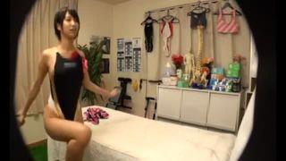 ショートカットな競泳水着姿の女子大生、湊莉久のマッサージ無料エロ動画!【湊莉久動画】