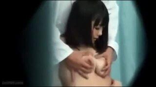 【おっぱい】マジックミラー号にて、スレンダーな美乳で巨乳のOLの、SM羞恥無料H動画。【OL動画】
