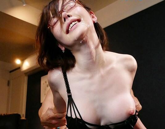 スレンダーな巨乳でメガネの痴女美女、深田えいみの中出しごっくん口内射精エロ動画。【乱交、フェラ、sex、誘惑動画】