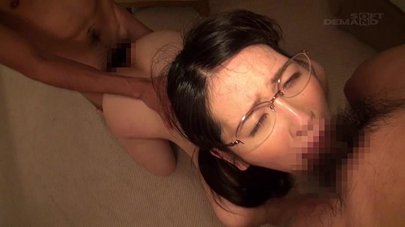 MM号にて、淫乱な美乳で巨乳でめがねの美女の、フェラ淫語3P無料H動画!【美女動画】