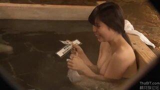 【素人 素股】淫乱でHな巨乳の素人女子大生の、素股フェラ抜きプレイが、男湯で!エロいおっぱいですね!【エロ動画】