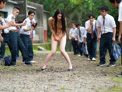 野外にて、美人な女性の、痴漢羞恥無料エロ動画。