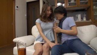 【美女】淫乱ビッチな美女人妻の、自宅訪問中出し浮気プレイが、自宅で!【エロ動画】