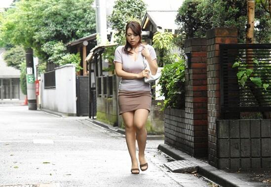 ノーブラで巨乳の熟女人妻、中森玲子の露出パイズリ無料エロ動画!【中森玲子動画】