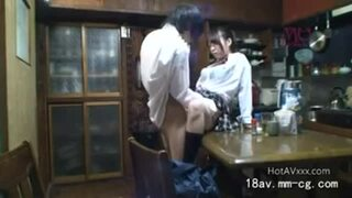 リビングにて、スレンダーな美少女妹の、イタズラ近親相姦パンチラ無料エロ動画!【美少女、妹動画】