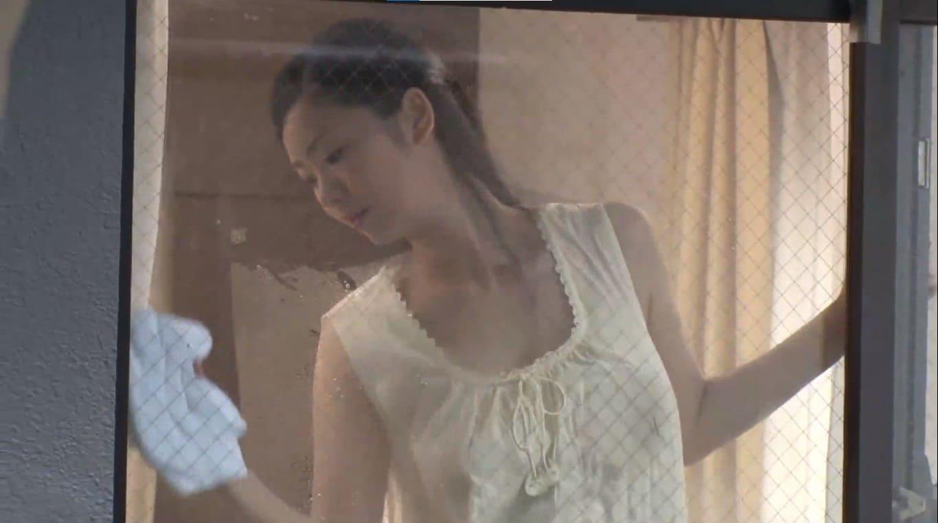 来未エリカが窓拭き掃除をしているノーブラ巨乳