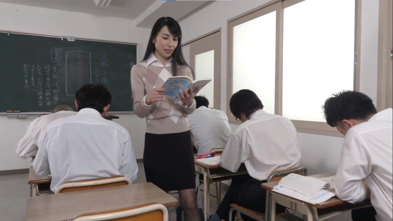 厳格な国語教師の鶴川牧子