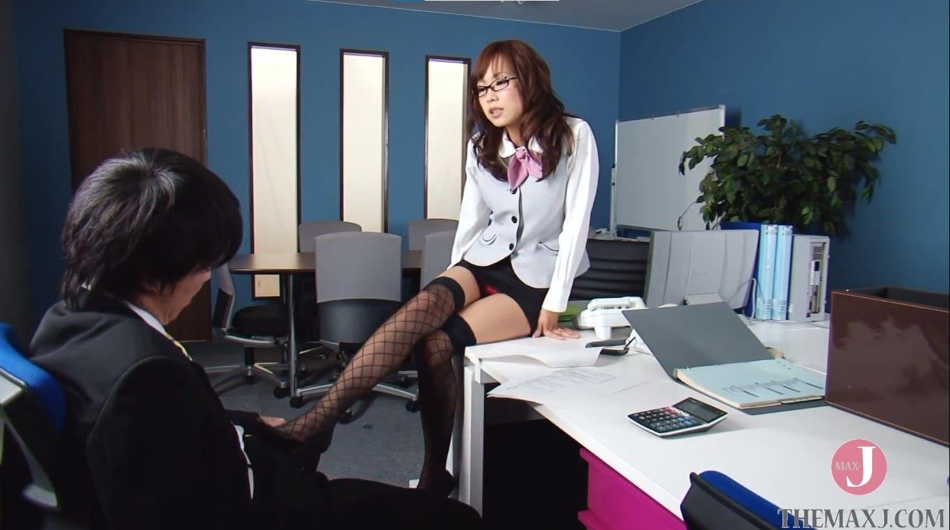 残業中に部下のチンコを黒ストッキング足コキする痴女上司