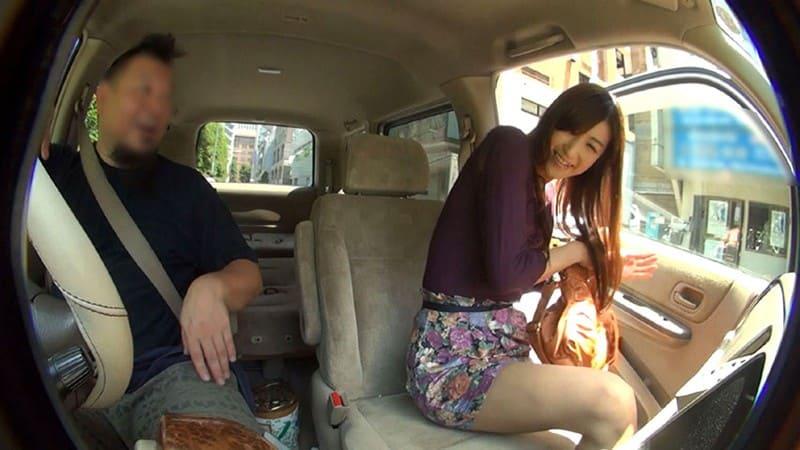 神波多一花が車の助手席に出張