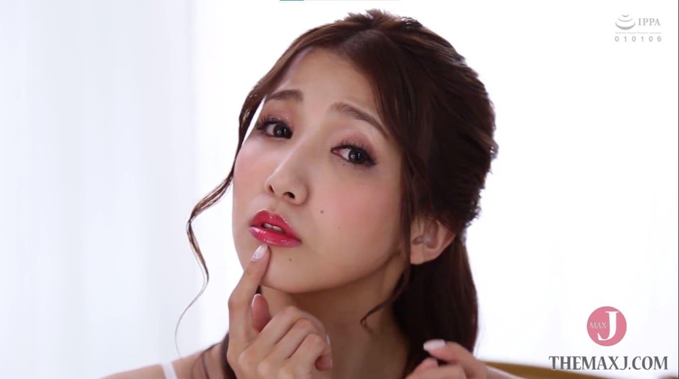 赤い唇で誘惑する友田彩也香