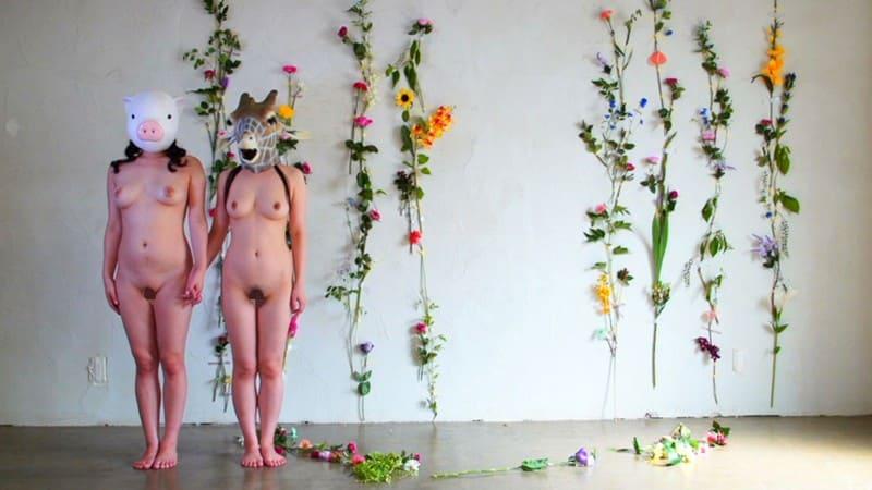 キリンの被り物女と豚の被り物女の不思議な世界観