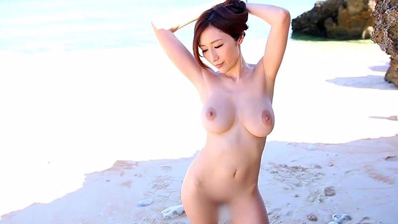 美し過ぎるJカップ全裸を野外解放して一人ヌーディストビーチ