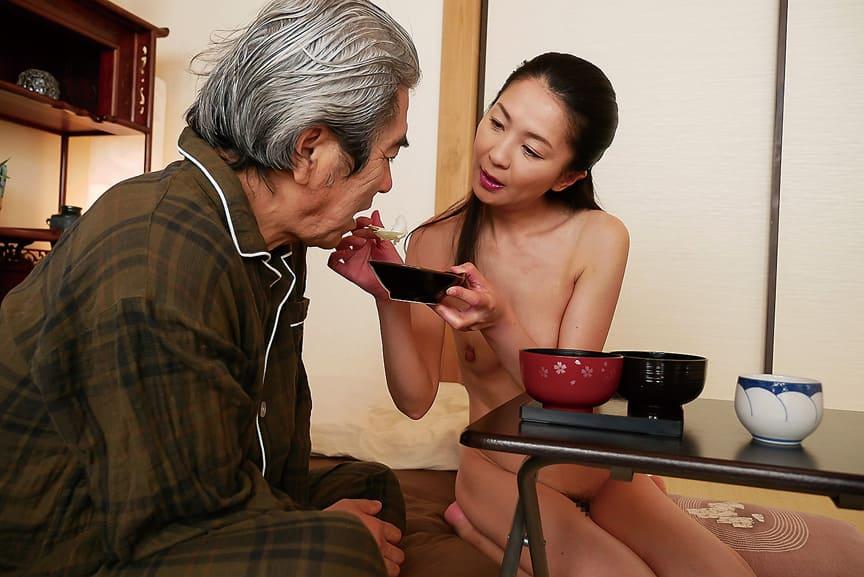 食事や入浴の介助などおじいちゃんの為に一生懸命働きます