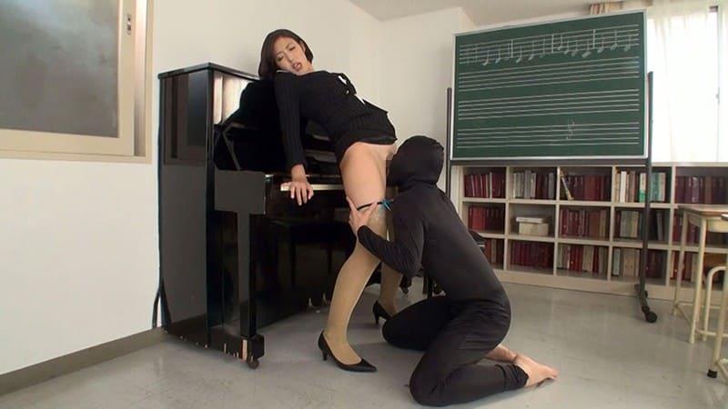 音楽室で襲われる女教師
