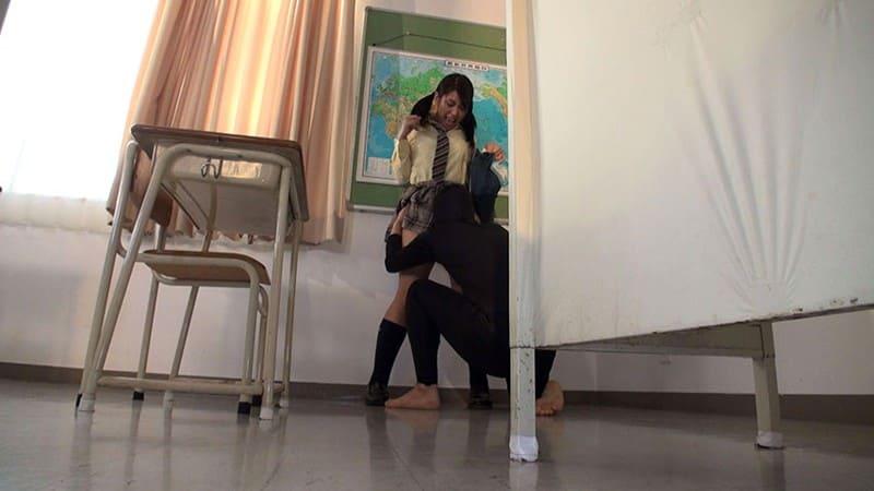 放課後の教室で襲われる女子校生