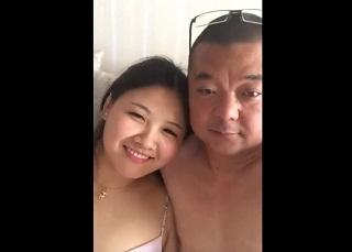 【無修正】オジさんチンポで善がりまくるムチ巨乳な素人娘とのハメ撮り映像
