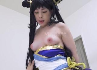 【無修正】ピンク乳首の色白コスプレ娘の綺麗なツルマンに生ピストン!