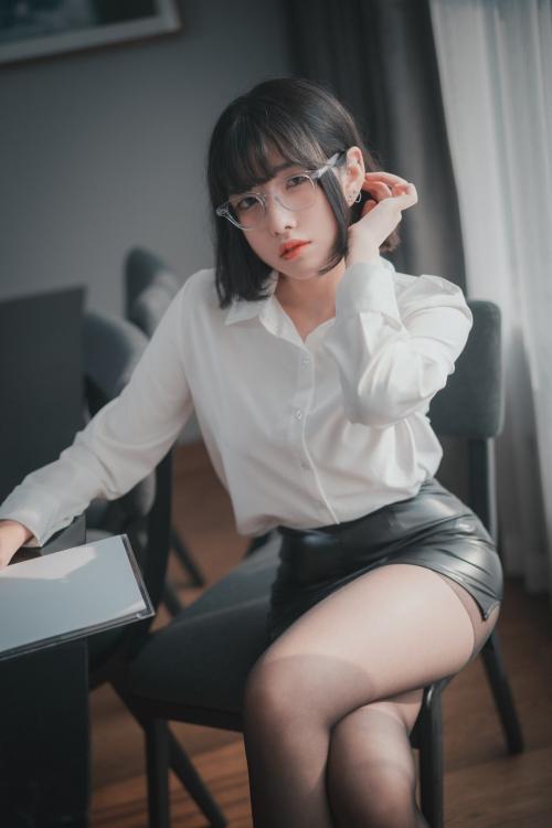 男が妄想する「えっちな秘書」 03