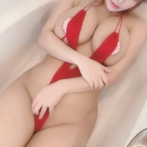 【どう見ても痴女】変態V字水着(スリングショット)を着た露出グラビアアイドル画像 Vol.2
