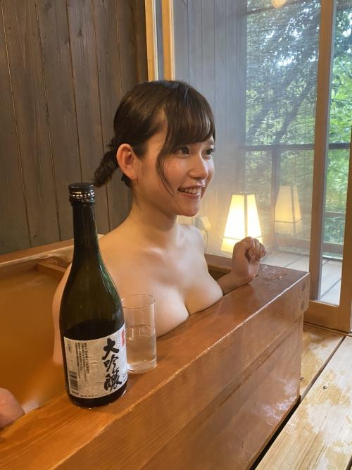 裸でくつろぐ温泉でのヌード エロ画像 12