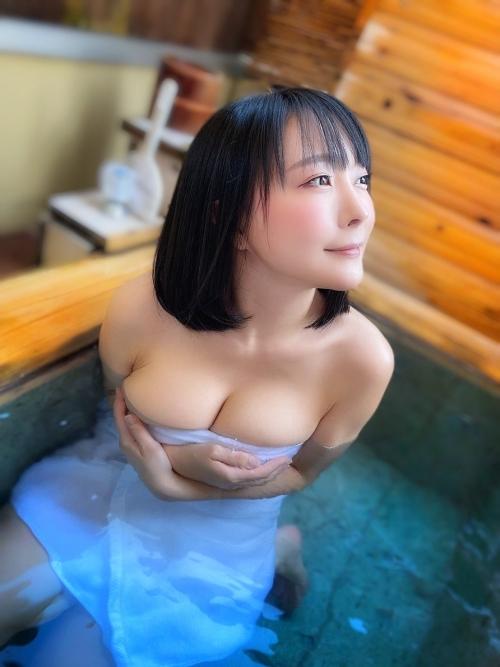 裸でくつろぐ温泉でのヌード エロ画像 17
