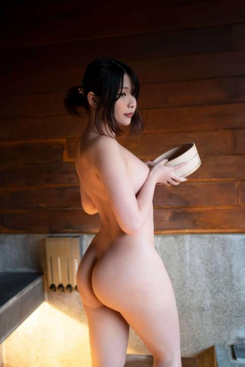 裸でくつろぐ温泉でのヌード エロ画像 41