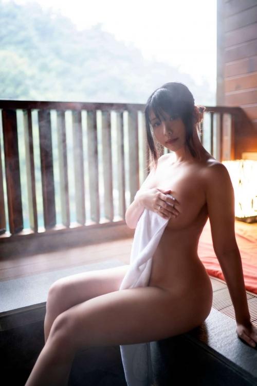 裸でくつろぐ温泉でのヌード エロ画像 42