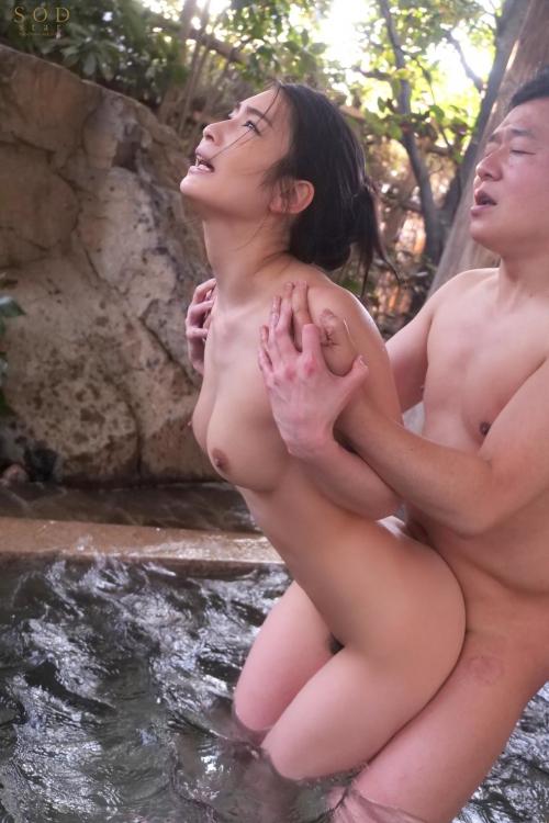 裸でくつろぐ温泉でのヌード エロ画像 68