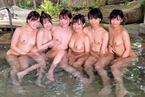 裸でくつろぐ温泉でのヌード エロ画像 75