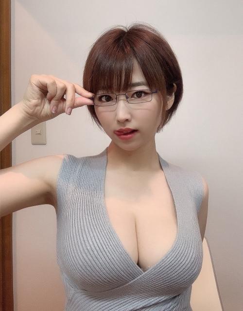 AV女優 おっぱいの谷間 51