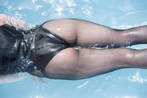 お尻丸見え競泳水着 76