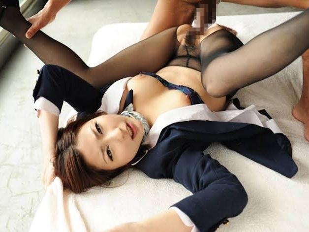 パンストのマンコ部分だけを引き裂いてそのまま着衣セックスするエロGIF画像サムネイル