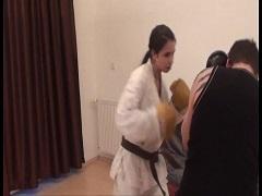 美女のボクシングのスパーリングに付き合わされる男