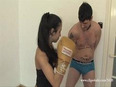 美女のボクシングトレーニングにまた付き合ってしまう男