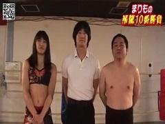 身体を張って女子キックボクサーと練習するおじさんが凄い!