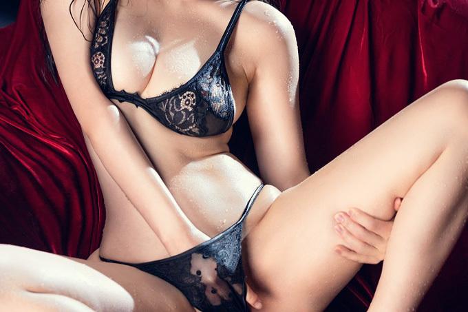 淫靡な姿で誘惑する黒下着エロ画像